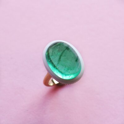 cabochon emerald ring in yellow gold with ceramic detail