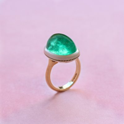 emerald cabochon,  yellow gold and ceramic ring