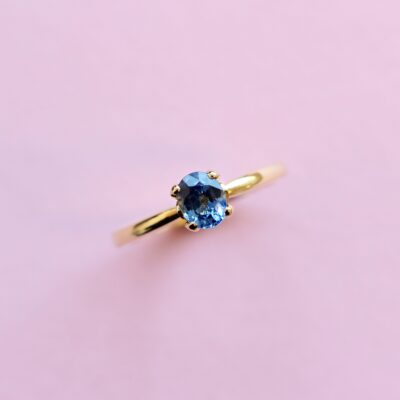 cornflower blue sapphire and 18k yellow gold