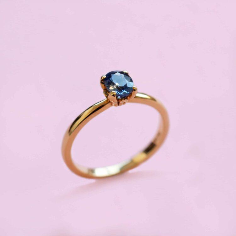 cornflower blue sapphire and 18k yellow gold