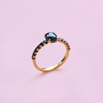 blossom solitaire ring – blue sapphire shoulder set and 18k yellow gold
