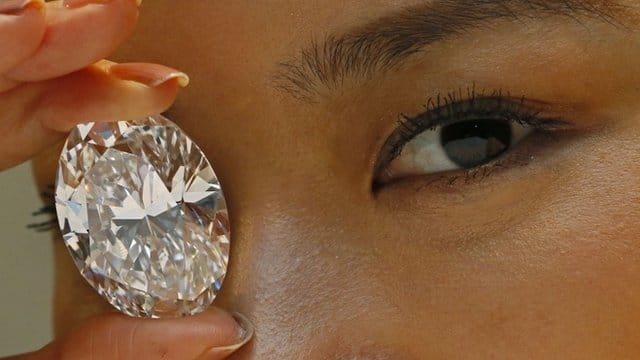 The diamond sold for the record price of $30.8m (£19.1m). BBC News